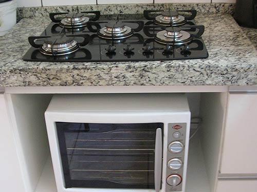 fogão de mesa á gás com forno elétrico na parte inferior.