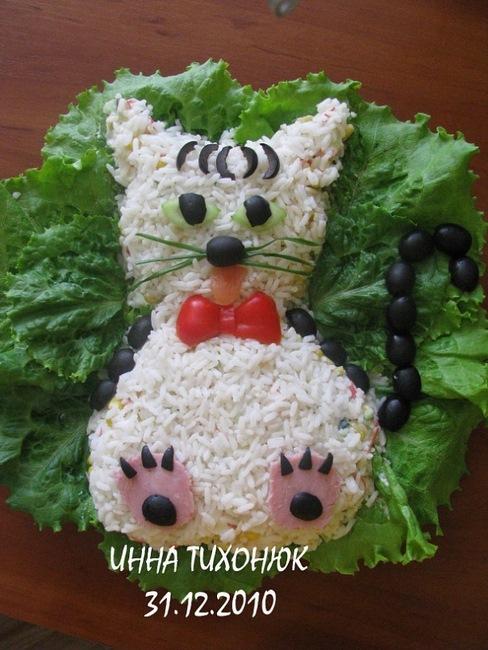 Uma salada russa de arroz com carne de caranguejo. Você pode substituir o arroz por uma maionese, fazer o desenho do gatinho e enfeitar com azeitonas preta, tomate, pepino, cebolinha e as patinhas de presunto.